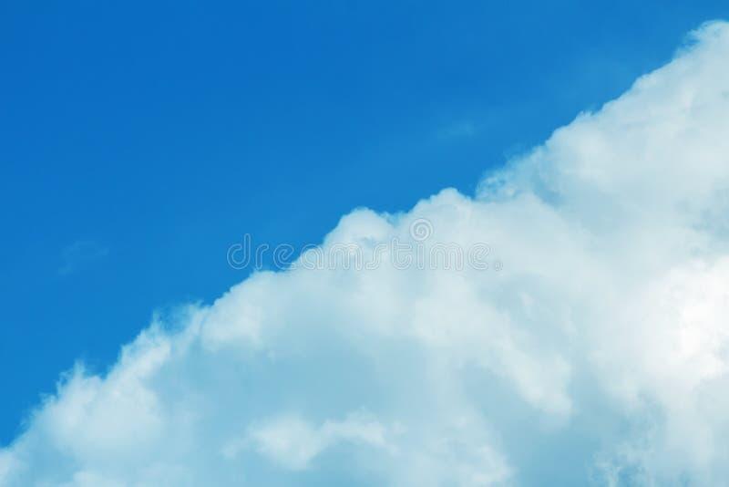 怀特克劳德和蓝天Cloudscape照片背景 免版税库存图片