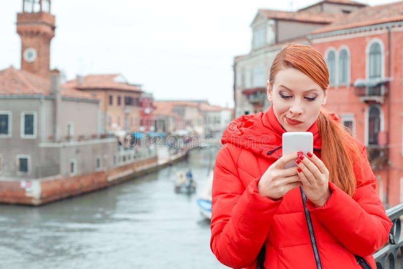 怀疑在智能手机的妇女读的坏消息 免版税图库摄影