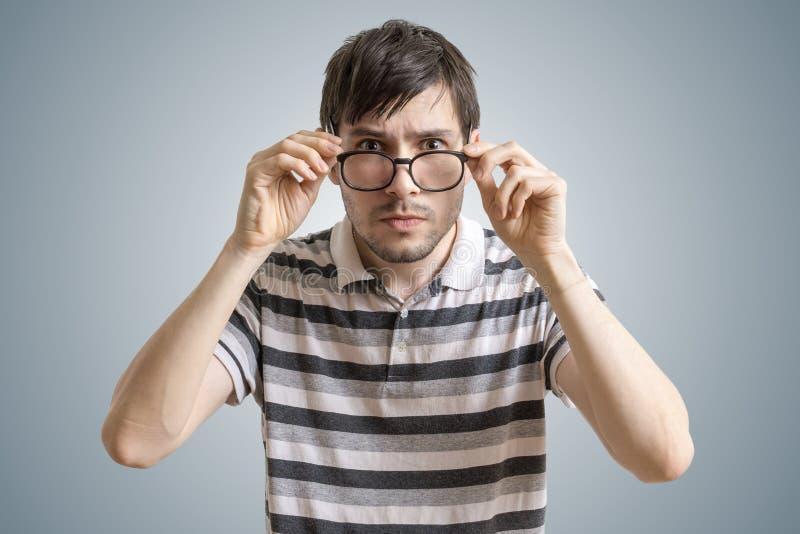 怀疑或可疑人看您和感人的玻璃 库存照片