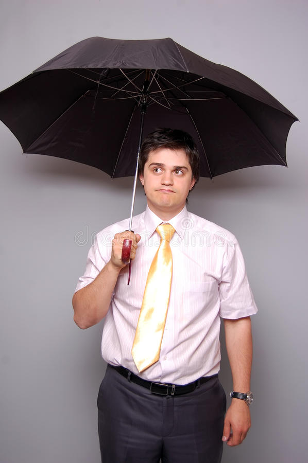 怀疑有关系的人在伞下 免版税库存图片