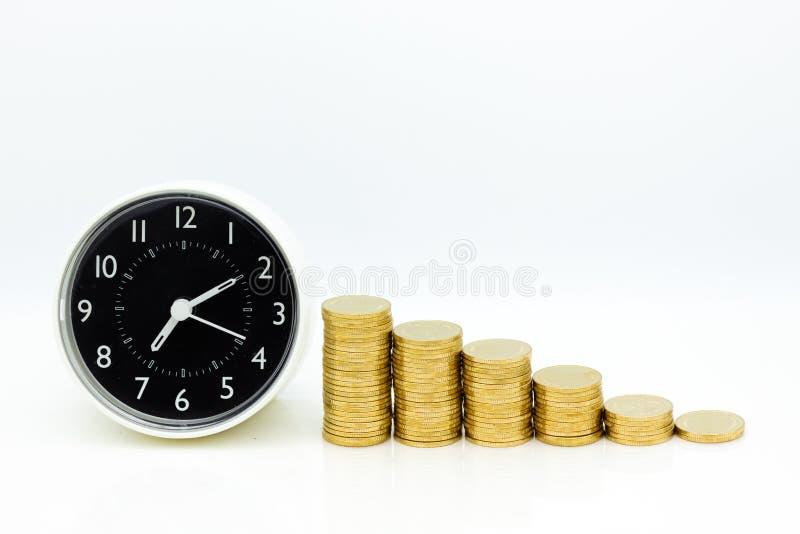 怀表和堆硬币 图象用途待售背景,购买,贸易,成交,企业时间概念 免版税库存照片