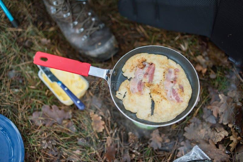 怂恿用在炸锅的烟肉在露营地 免版税库存图片