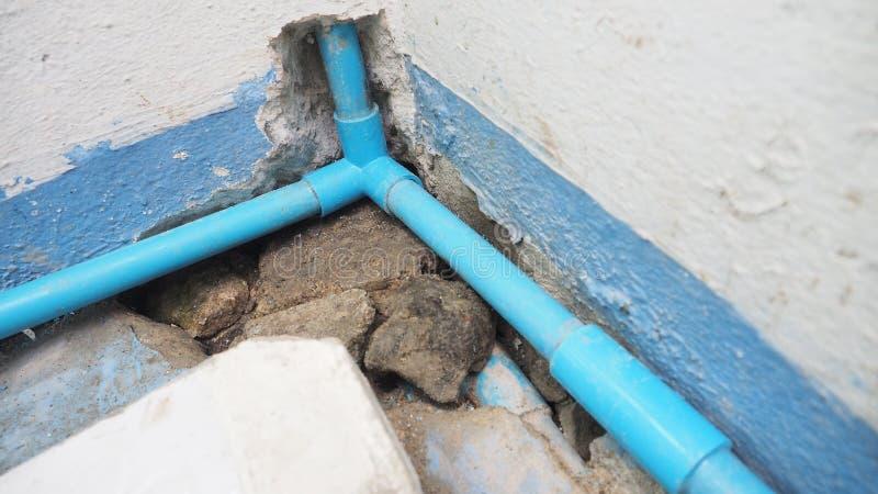 怎么对安装3种方式联合PVC水管的DIY 免版税图库摄影