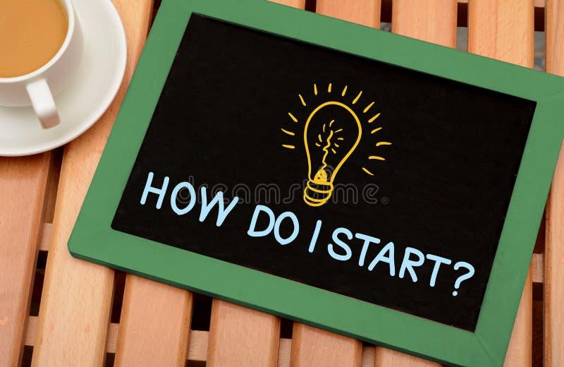 怎么我开始以在黑板的电灯泡想法 库存图片