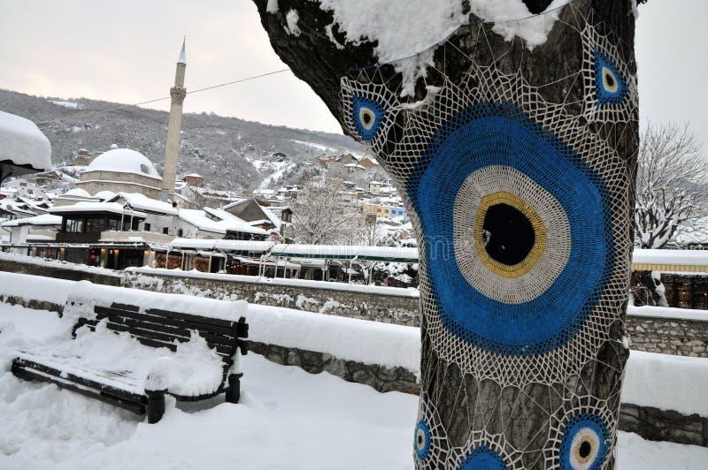 思南巴夏清真寺和普里兹伦的老部分在堡垒下的,报道用雪 免版税库存图片
