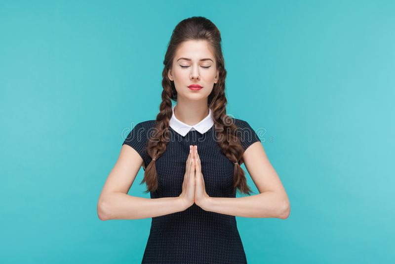 思考和做瑜伽的少妇或祈祷 库存图片