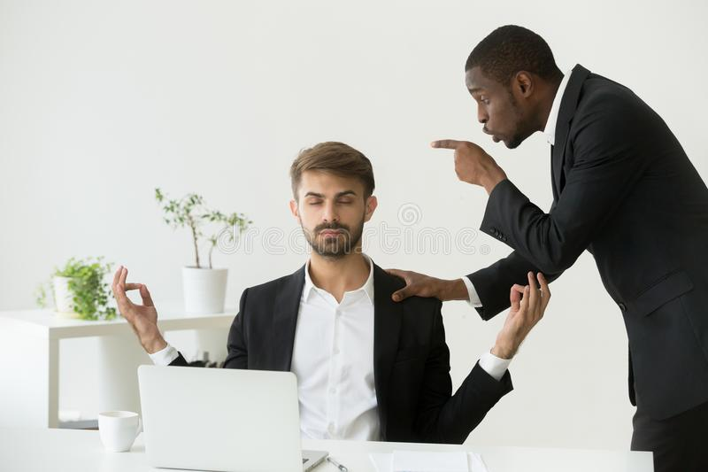 思考在工作场所的白种人雇员忽略恼怒的上司s 免版税库存照片