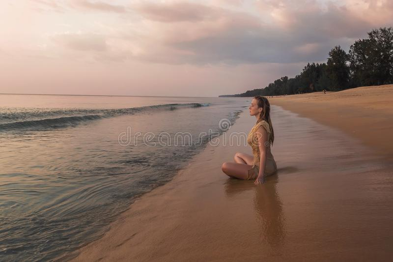 思考在海洋岸的女孩 免版税库存照片