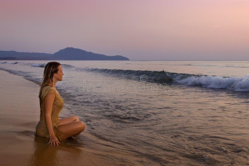 思考在海洋岸的女孩 库存照片