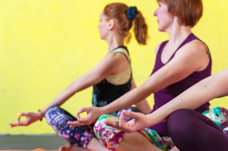 思考在瑜伽会议以后的三个女性成人 免版税库存照片
