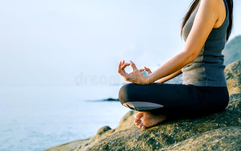 思考在瑜伽姿势的妇女在热带海滩 Femal 免版税图库摄影