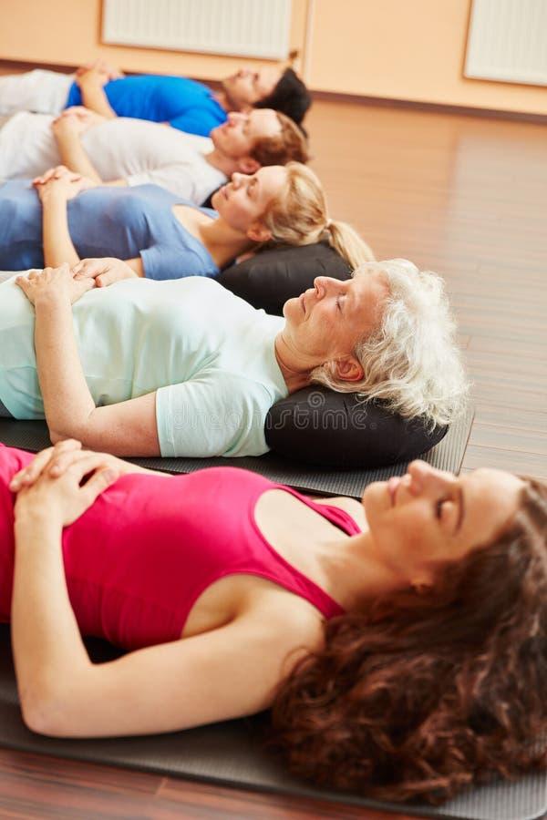 思考在瑜伽类以后的小组 免版税库存照片