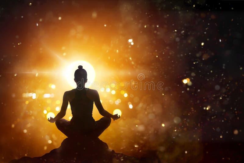 思考在莲花姿势瑜伽的妇女有抽象背景 免版税库存图片