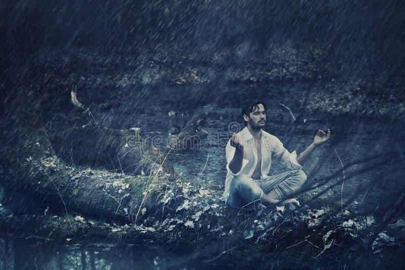 思考在雨中的英俊的人艺术照片 免版税库存照片