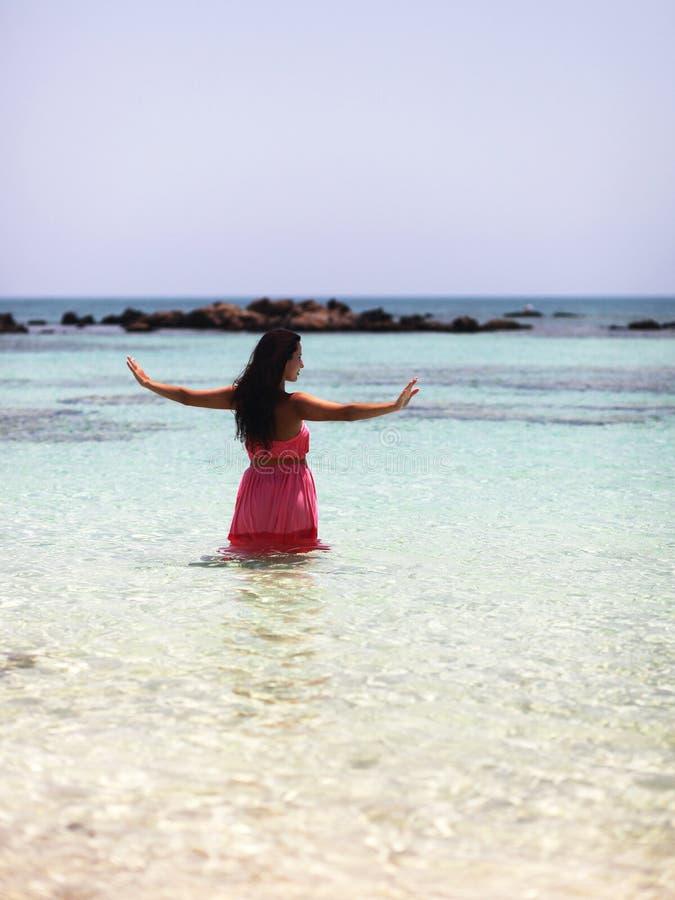 思考在水中的美丽的女孩 库存图片