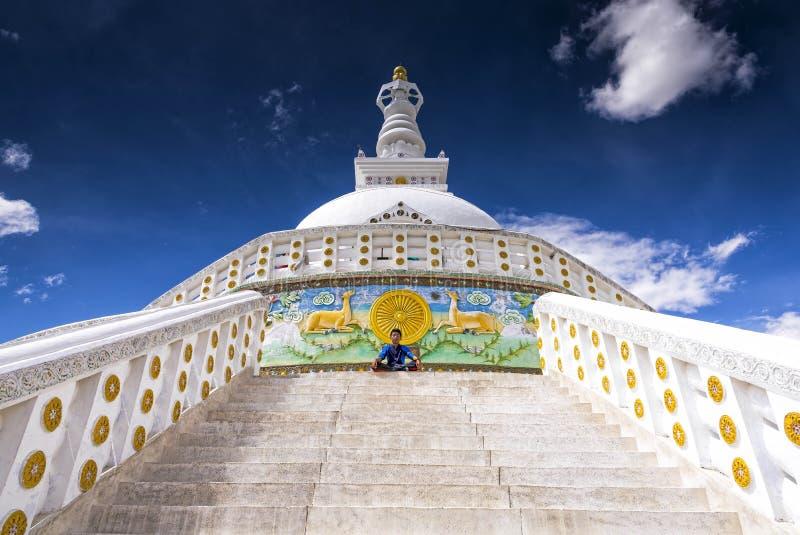 思考在Shanti Stupa前面的年轻男孩在Leh,印度 免版税库存照片