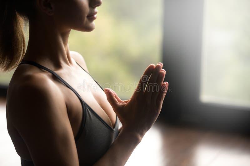思考年轻信奉瑜伽者的妇女, Namaste姿态关闭  免版税库存照片