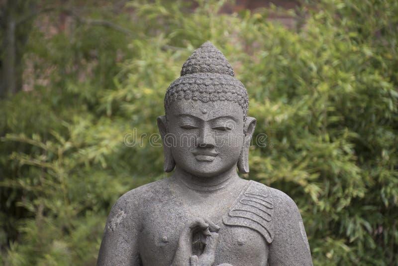 思考的老菩萨雕象菩萨头,和平的标志和 库存图片