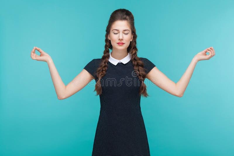 思考,禅宗实践 执行女子瑜伽年轻人 免版税库存照片