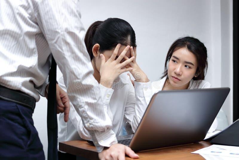 急切沮丧的年轻亚裔女商人责备与上司在工作场所 图库摄影
