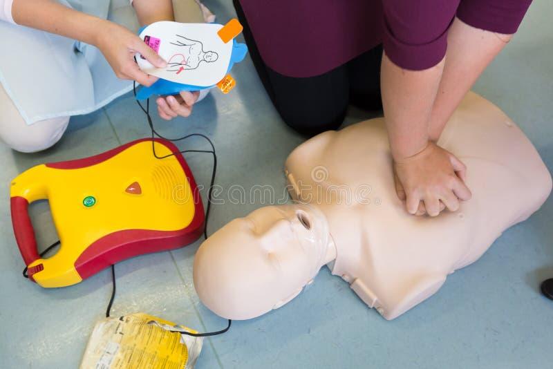 急救使用AED的复活路线 免版税库存照片