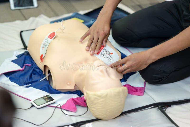 急救使用AED训练的心肺复苏术路线 图库摄影