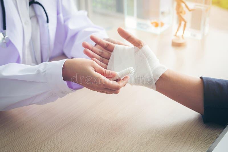 急救和治疗在腕子伤和混乱, Traumat 免版税库存照片