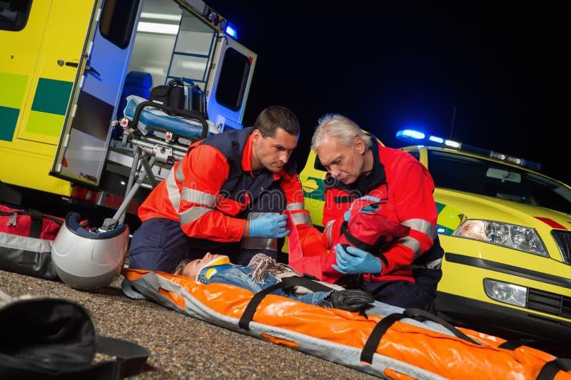 给紧急救护的医务人员摩托车司机 免版税图库摄影