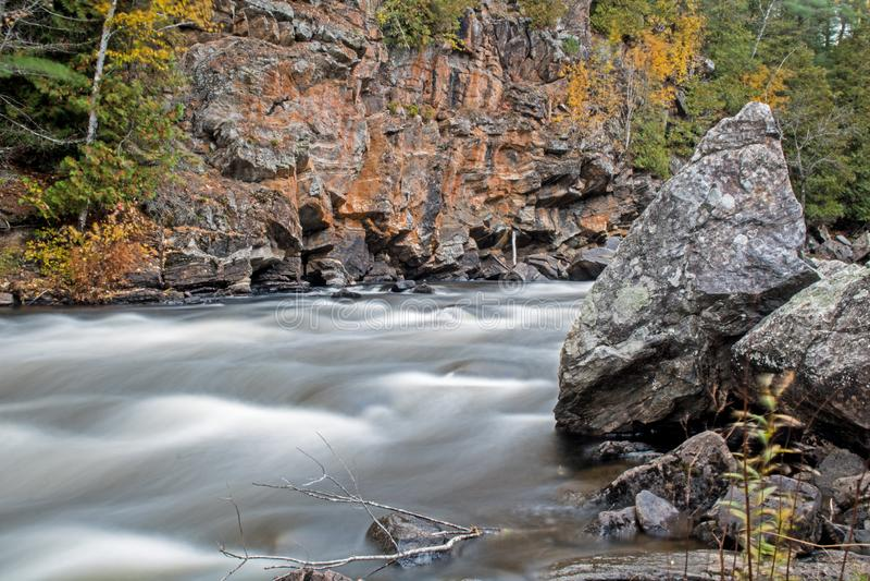 急流和峭壁沿约克河 库存图片