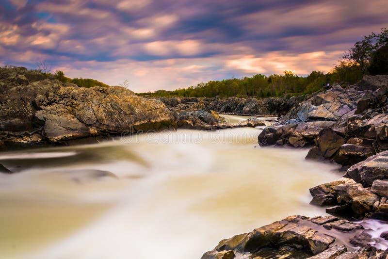 急流长的曝光在日落的在伟大的波托马克河 免版税库存图片