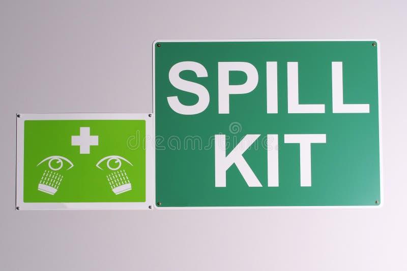 紧急溢出成套工具墙壁签到在白色背景的绿色 免版税库存图片