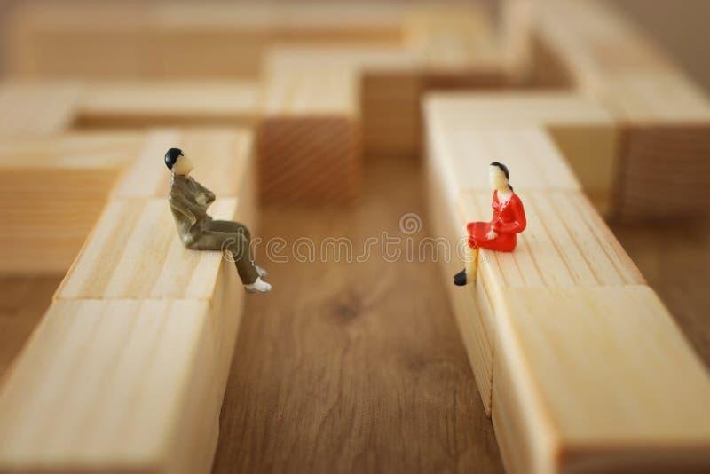 性别差距、一个人和妇女看看的概念图象彼此从远方 免版税库存照片