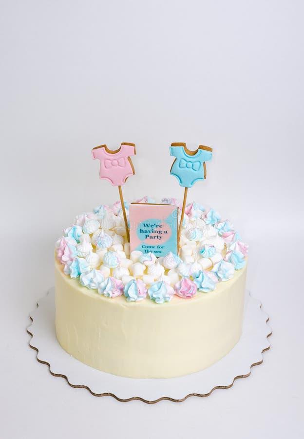 性别显露蛋糕用蛋白软糖和姜饼 免版税库存图片