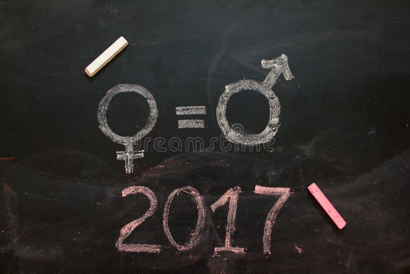 性别标志或标志在黑板和女性的画的男性 免版税库存图片