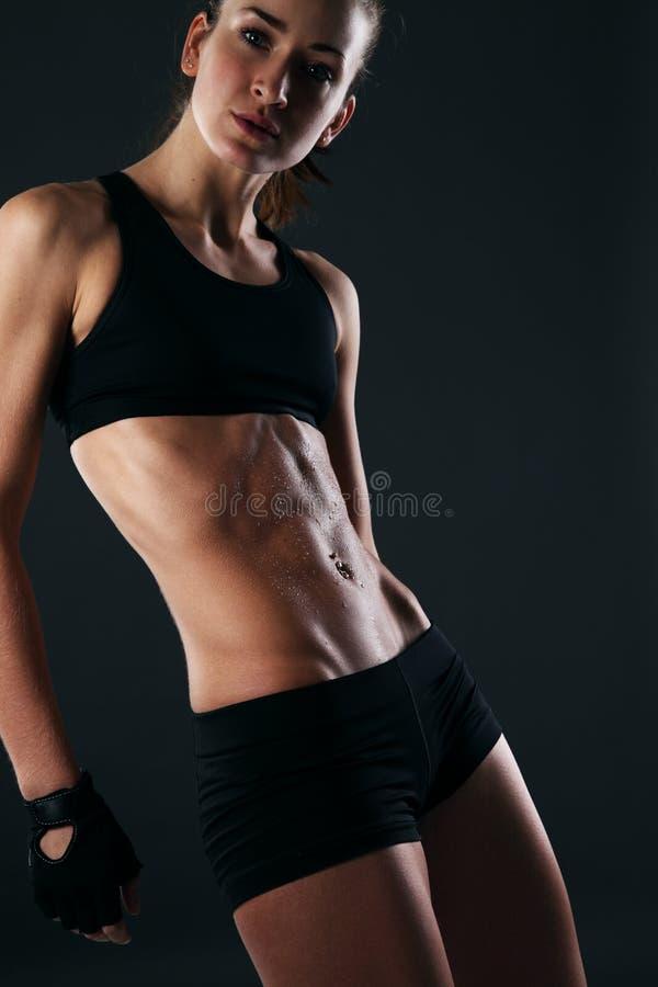 性感健身妇女冒汗的图象 图库摄影