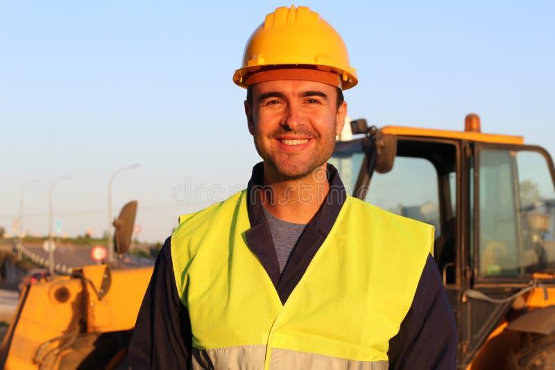 性感年轻建筑工人微笑 免版税库存图片