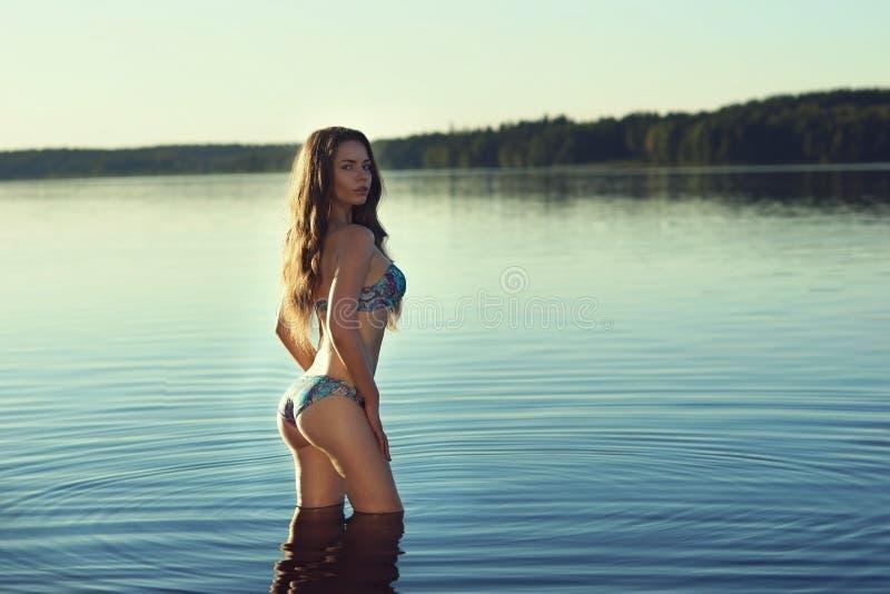 性感比基尼泳装的女孩 库存照片