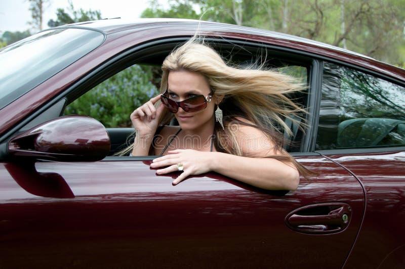 性感汽车的女孩 免版税库存照片