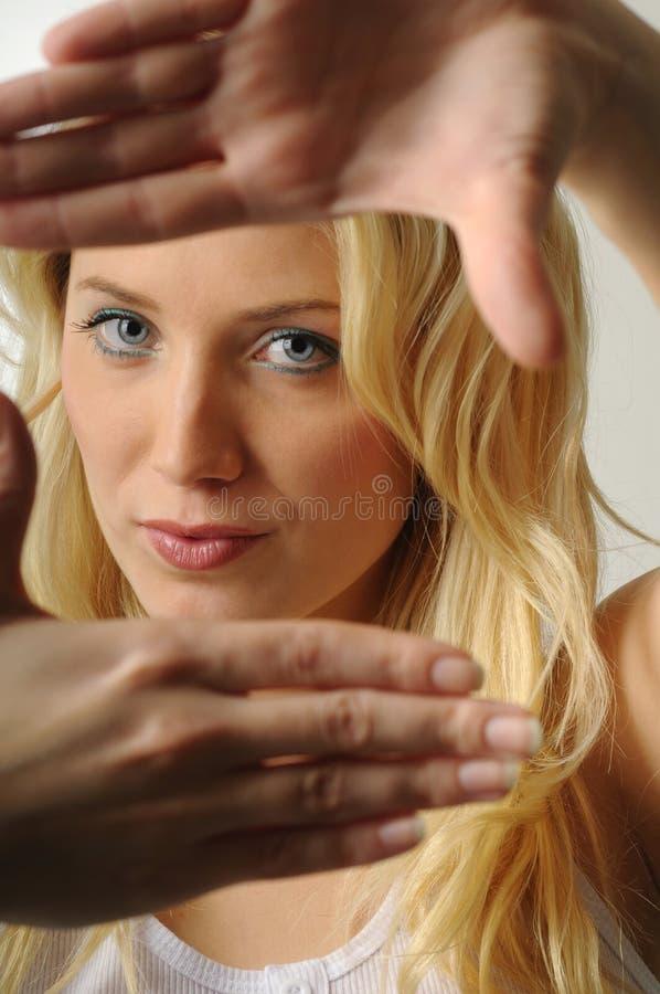 性感白肤金发的女孩 免版税库存图片