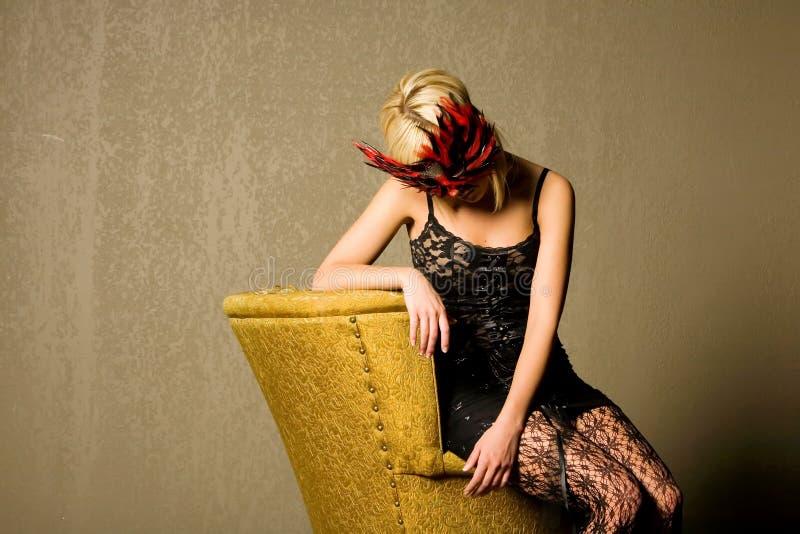 性感白肤金发的时兴的女孩的屏蔽 库存图片
