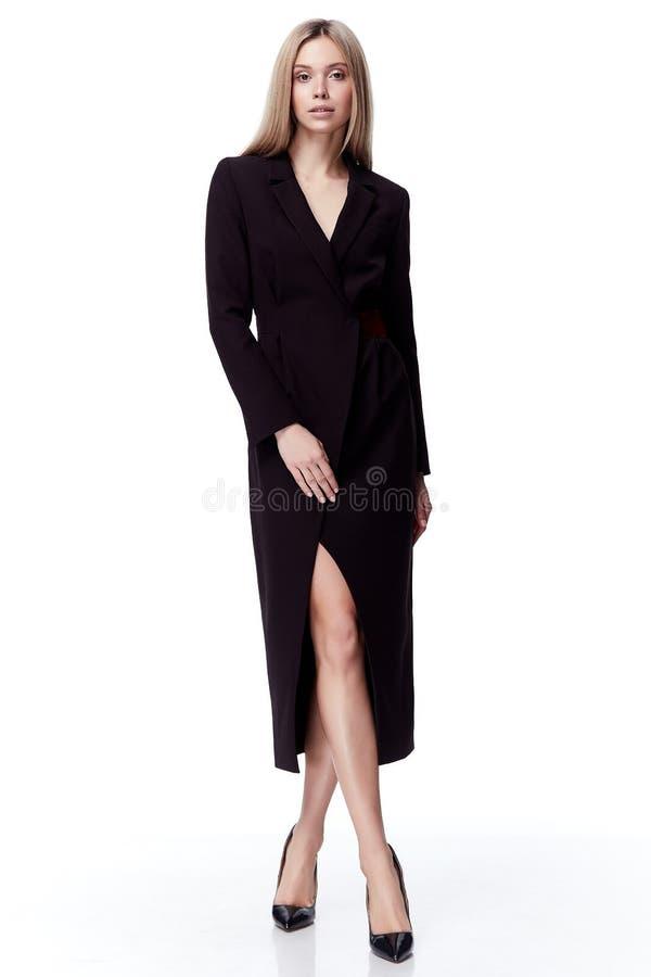 性感的俏丽的时装模特儿金发女服黑色长的礼服 免版税库存图片