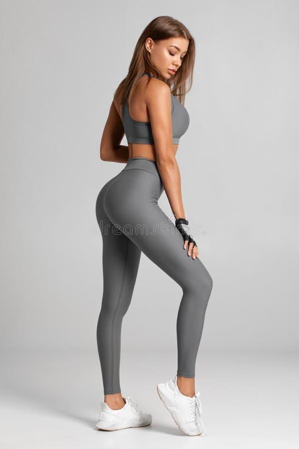 性感的健身妇女 美丽的运动女孩,隔绝在灰色背景 免版税图库摄影