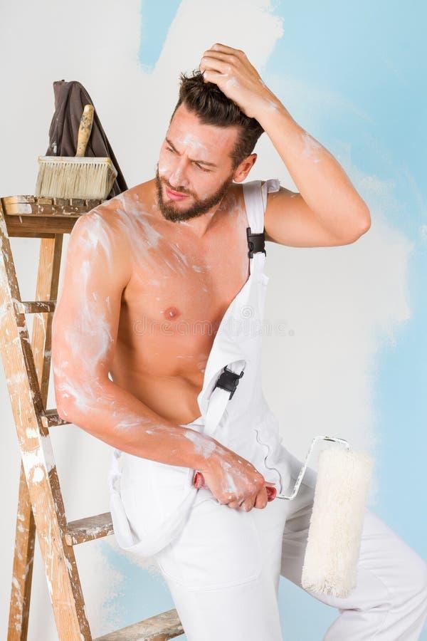 性感的光秃的胸口画家 免版税库存图片
