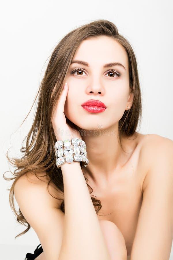 性感的典雅的时髦的女人特写镜头有首饰镯子的 免版税库存照片