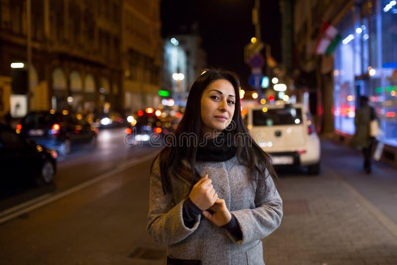 性感的华美的深色的女孩画象在夜城市点燃 时髦时尚年轻人相当美丽的妇女样式画象  免版税库存照片