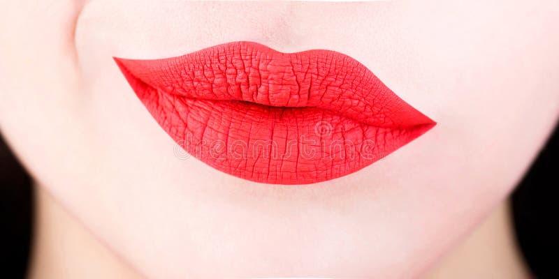 性感的嘴唇 红色嘴唇 关闭有红色口红的性感的肥满软的嘴唇 面孔皮肤嘴完美至善至美的概念 免版税库存图片