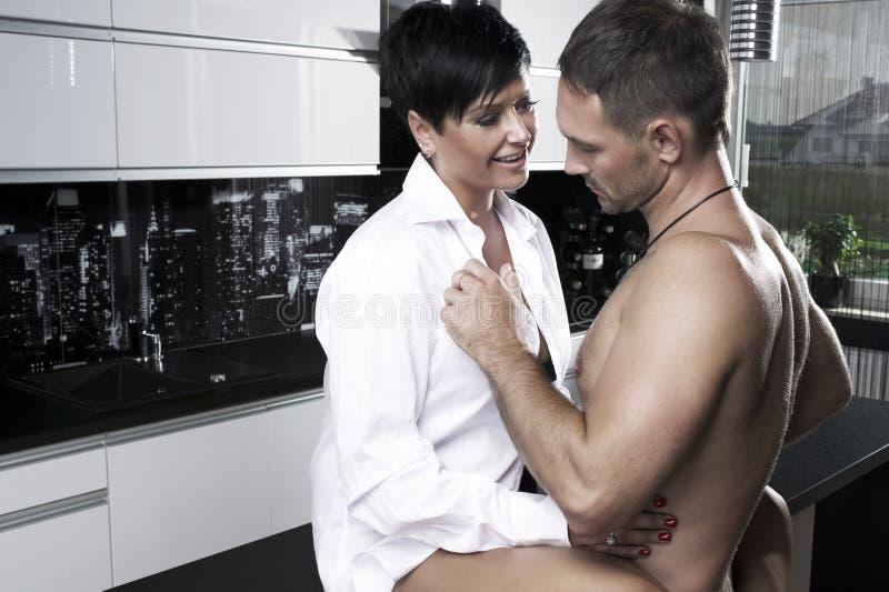 性感的夫妇在厨房里 免版税库存照片