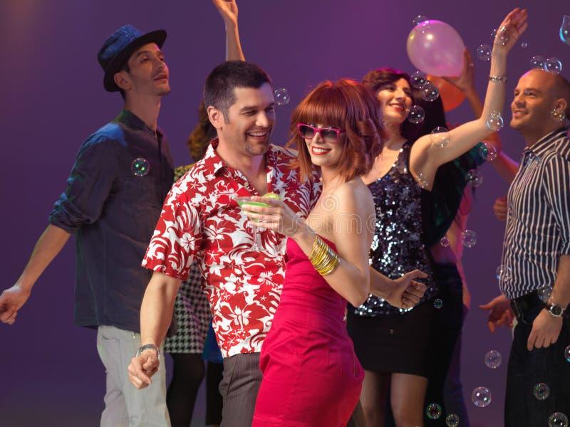 性感的夫妇跳舞,挥动在夜总会 免版税库存照片