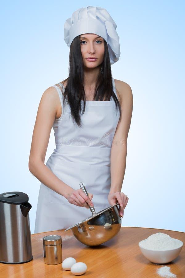 性感的女孩佩带的厨师准备面团 库存照片
