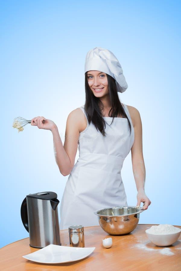 性感的女孩佩带的厨师准备面团 图库摄影